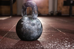 Kettlebell-Training in der Turnhalle Stockfotos