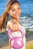 Kettlebell Trainingsfrau lizenzfreie stockfotos
