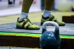 Kettlebell und der Fuß des Athleten Lizenzfreies Stockbild