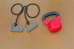 Kettlebell y equiptments resistentes del entrenamiento de la banda Imagen de archivo