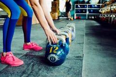 Kettlebellclub Het meisje wordt bereid om een training met gewichten te doen, lange cyclus duwen royalty-vrije stock foto