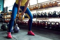Kettlebellclub Het meisje wordt bereid om een training met gewichten te doen, lange cyclus duwen stock fotografie