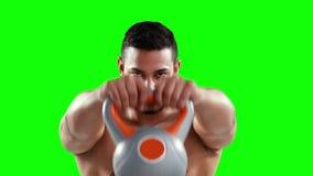Kettlebells серьезного мышечного человека поднимаясь видеоматериал