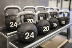 在锻炼健身房的大量的kettlebells重量 免版税库存图片