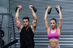 Kettlebells de levage d'un couple musculaire Photo libre de droits