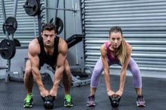 Kettlebells de levage d'un couple musculaire Image libre de droits