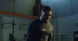 Kettlebells di sollevamento del forte uomo di colore in palestra archivi video