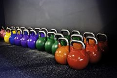 Kettlebells en un gimnasio del crossfit fotos de archivo
