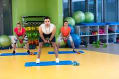 Kettlebells huśtawki ćwiczenia kobiety i mężczyzna trening przy gym Obrazy Stock