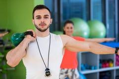 Kettlebells huśtawki ćwiczenia kobiety i mężczyzna trening przy gym Zdjęcia Stock