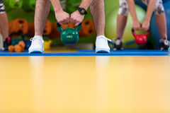 Kettlebells huśtawki ćwiczenia kobiety i mężczyzna trening przy gym Zdjęcie Royalty Free