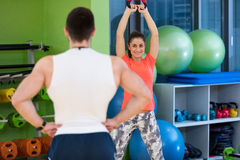 Kettlebells huśtawki ćwiczenia kobiety i mężczyzna trening przy gym Obrazy Royalty Free