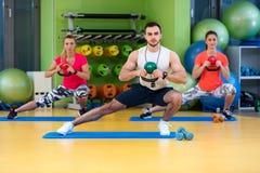 Kettlebells huśtawki ćwiczenia kobiety i mężczyzna trening przy gym Obraz Royalty Free