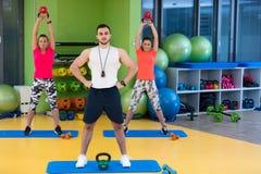 Kettlebells huśtawki ćwiczenia kobiety i mężczyzna trening przy gym Fotografia Stock