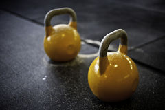 Kettlebells jaunes dans un gymnase de crossfit Photos stock