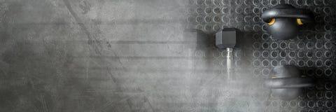 Kettlebells und Dummköpfe in der Turnhalle mit dunklem Übergang Lizenzfreies Stockfoto