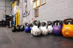 Kettlebells von verschiedenen Gewichten und von Farben lizenzfreies stockbild