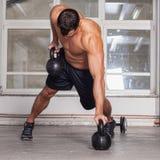 Kettlebells ziehen crossfit Training hoch Stockfotografie