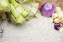 Ketupat或饺子米在竹盘子,天马来西亚或印度尼西亚食物庆祝在斋戒的月结束时, 免版税库存图片