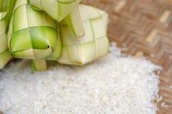Ketupat框和米在竹容器 传统马来语d 库存照片