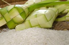 Ketupat框和米在竹容器 传统马来语d 免版税库存照片