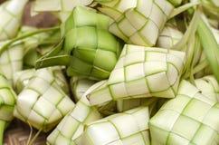 Ketupat框和米在竹容器 传统马来语d 库存图片