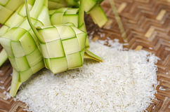 Ketupat框和米在竹容器 在马来西亚eid期间的传统马来的纤巧 免版税库存图片