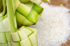 Ketupat框和米在竹容器 在马来西亚eid期间的传统马来的纤巧 库存图片