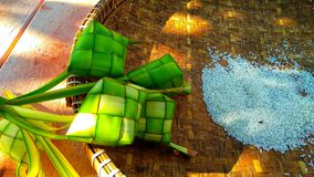 Ketupat é um alimento típico de Java central que contém o arroz serviu cada feriado fotografia de stock