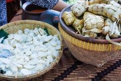 Ketupat découpé en tranches dans la grande cuvette en bambou sur le marché traditionnel de nourriture de Java-Centrale image libre de droits