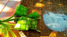 Ketupat es una comida típica de Java central que contiene el arroz sirvió cada día de fiesta fotografía de archivo