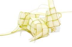 Ketupat på vit bakgrund Ketupat är traditionell mat i Mala arkivfoton