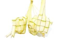 Ketupat på vit bakgrund Ketupat är traditionell mat i Mala Royaltyfri Foto