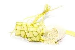 Ketupat su fondo bianco Ketupat è alimento tradizionale in Mala Fotografie Stock Libere da Diritti