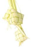 Ketupat sur le fond blanc Ketupat est nourriture traditionnelle dans Mala Image stock
