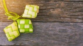 Ketupat, une enveloppe naturelle de riz faite à partir de la jeune noix de coco part pour faire cuire le riz photo stock