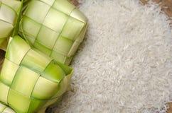 Ketupatomhulsel en rijst in bamboecontainer traditionele malay delicatesse tijdens Maleis eidfestival stock fotografie