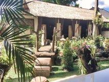 Ketut Liyer在Ubud,巴厘岛,印度尼西亚房子的庭院游人的 免版税库存图片