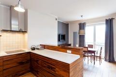 Keuken aan eetkamer wordt verbonden die stock afbeeldingen
