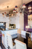 Keuken aan eetkamer wordt verbonden die stock foto's