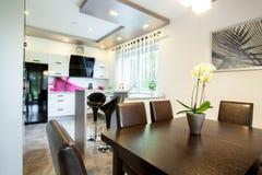 Keuken aan het dineren zaal wordt verbonden die royalty-vrije stock afbeelding
