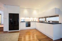 Keuken aan woonkamer wordt verbonden die Royalty-vrije Stock Foto's