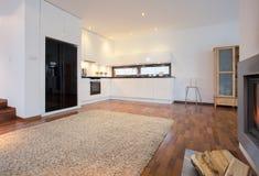 Keuken aan zitkamer wordt verbonden die royalty-vrije stock afbeelding