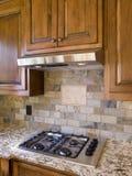 Keuken cooktop met kap en kabinetten Stock Foto's