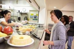 Keuken Dienend Voedsel in Dakloze Schuilplaats Royalty-vrije Stock Foto