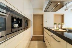 Keuken in een moderne flat stock foto's