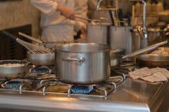 Keuken en bezige chef-koks van hotel Royalty-vrije Stock Fotografie