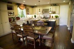 Keuken en eettafel stock afbeeldingen