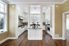 Keuken en eiland in nieuwe bouwhuis Stock Foto's