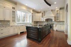 Keuken en eiland in nieuwe bouwhuis Stock Foto